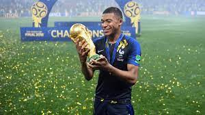 """Real Madrid: Kylian Mbappé clock is ticking for PSG Los Blancos are confident in the French player holding firm, but PSG have four months to make him change his mind before a signature is made. """"The lad wants to leave, but PSG now have time to convince him to stay."""""""